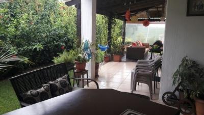 HERMOSA CASA DE 4 DORMITORIOS Y AMPLIO JARDIN EN PORTAL DE SAN ISIDRO ZONA 16