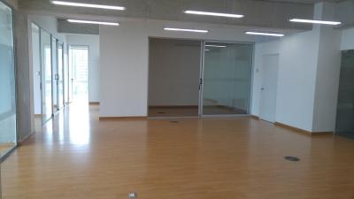 Oficina en alquiler en edificio Platina zona 10 de 170 Mts.