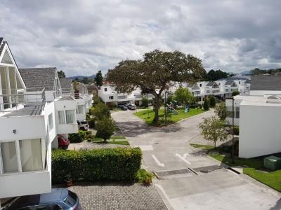 RENTO! Casa de 4 habitaciones, 4 parqueos en San Isidro zona 16 Telefono: 5558-8097