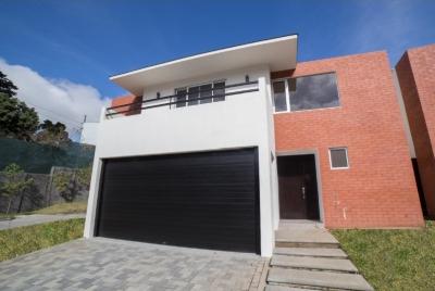 ASESCO - Venta de casa en Zona 10 en Condominio