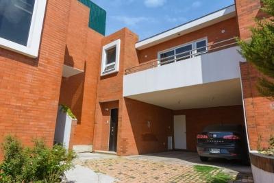 A pocos metros de Centro Comercial, Vendo preciosa casa en Condominio seguro en zona 11