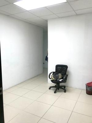 Oficina de 52 m2 en renta ubicada en zona 15 edificio Domani