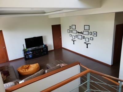 Casa de 383.5 m2 de construcción en Venta, Zona 16