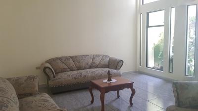 CityMax vende casa cercana a Cayala, zona 16, 5 baños, 2 salas, 2 parqueos, la casa es de dos niveles y posee un balcón
