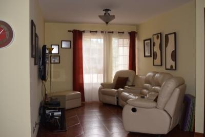 Preciosa casa de dos niveles en Colonia Lourdes, Zona 16