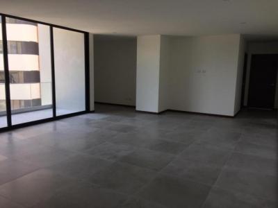 Apartamento zona 14 cerca de Avenida Las Américas, 2 dormitorios, sala, comedor, cocina con gabinetes, 2 baños completos, 2 parqueos, 1 bodega., balcón. Metraje 132.50 m2