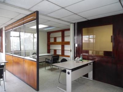Rento amplia oficina zona 10 Av. Reforma
