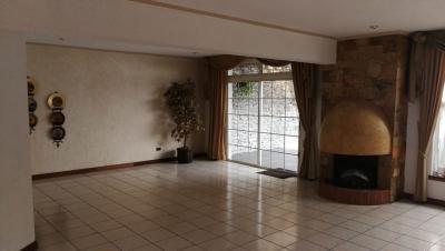 Alquilo amplia casa dentro de condominio en zona 15