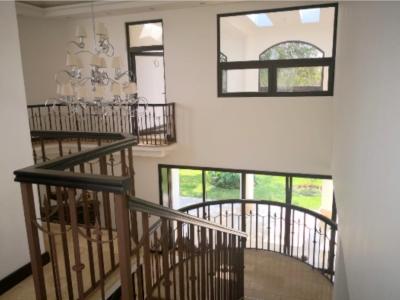 Hermosa casa de 2 niveles en venta Foresta de Cayalá