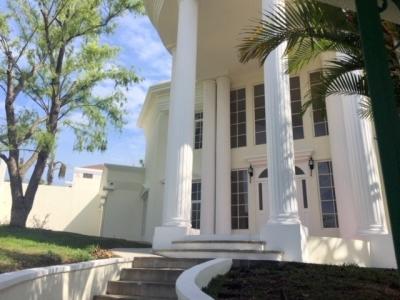 Hermosa casa de 4 habitaciones en renta ubicada en zona 8 de Mixco