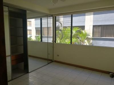 Rento, Alquilo apartamento en zona 10 con 3 dormitorios