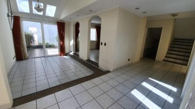 Casa en alquiler en zona 13 de 320 mts de 3 dormitorios en $1200 /código 714