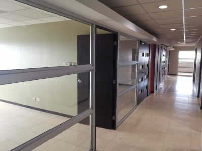 En renta amplia oficina en edificio Torino