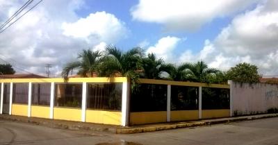 CASA COUNTRY DE ESQUINA RODEADA DE ARBOLES FRUTALES