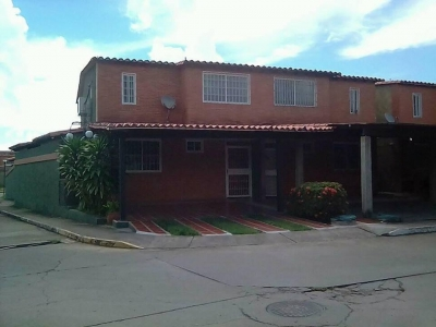 VENDO TOWN HOUSE EN TIPURO, URB VILLAS MORICHAL, FRENTE A EPA