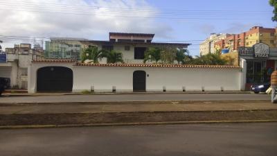 En Venta Bella Casa En Buen Estado y Amplio Terreno en Sector Comercial de Las Avenidas en Maturin