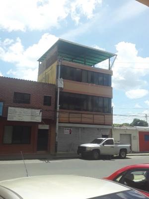 Se Alquila Local de Tres Niveles en Av. La Paz