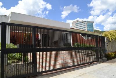 VENTA DE HERMOSA CASA LISTA PARA DISFRUTAR EN EXCLUSIVA URBANIZACIÓN CERRADA EN LA ZONA DE LA VIÑA