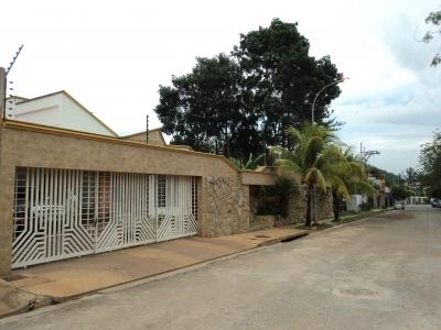 VENTA DE HERMOSA Y AMPLIA CASA EN GUATAPARO