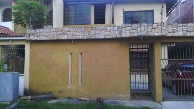 Asesores Inmobiliarios Ramírez - Gomez, ofrece en venta bella casa en la Urbanización San Sur, al Lado del colegio Olga Bayone