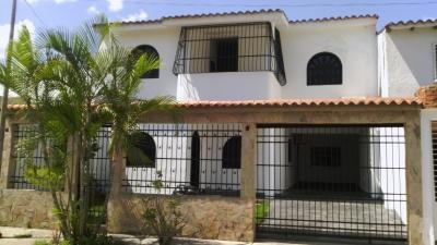 casa de dos niveles en la Urbanización privada Sansur