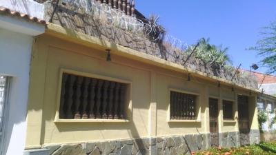 bella y amplia casa en la Urbanización La Esmeralda