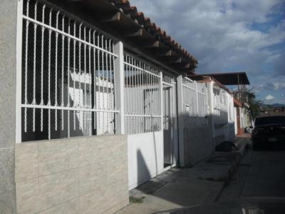 Venta de Oportunidad casa de 135mts2 en Urb.LaFuente Turmero