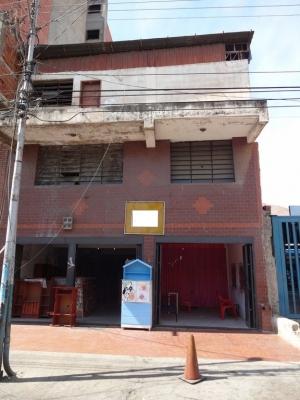 Amplio Local Comercial 3 pisos - Excelente ubicacion - Negociable - La Victoria Edo Aragua