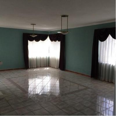 Amplia casa Con piscina en renta en el Mejor sector de San Cristobal