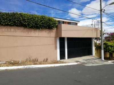 Casa grande con bello y amplio jardin en residencial de San Cristobal