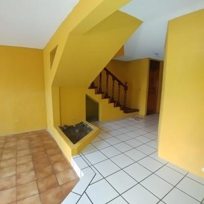 Preciosa casa de dos niveles en Balcones de San Cristóbal