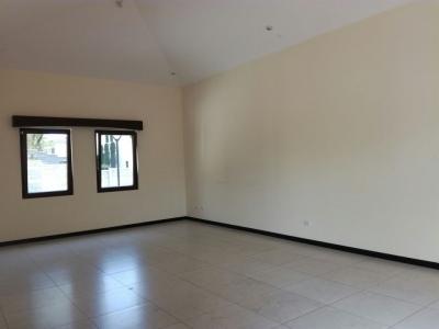 Preciosa casa en venta. 4 habitaciones 5.5 baños, estudio, 4 parqueos