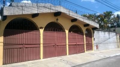 VENDO BONITA CASA, EXCELENTE UBICACIÓN, AMBIENTES AMPLIOS