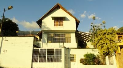 Amplia y Conservada Casa en Venta