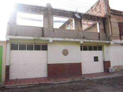 Se Vende hermosa casa en 13 de enero, detras de el hospital los samanes Maracay