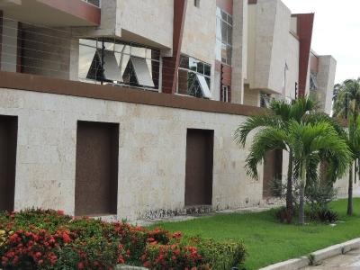 Se Vende Town House en Res. Shalom, La Floresta, Maracay 516m2
