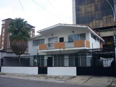 Casa ideal para comercio en El Bosque Maracay Cod 17-13875