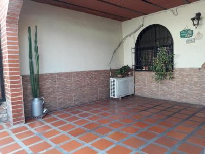 Casa en Venta Barrio Bolivar con Piscina y Parrillera