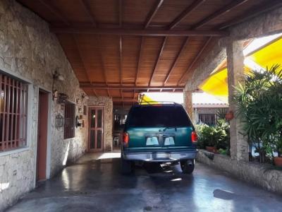 Casa en venta Andres Bello, 3h, 4b, 4p/e, 335mts Oportunidad de negocio