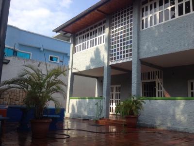 Se vende quinta de dos plantas con piscina en el limon maracay