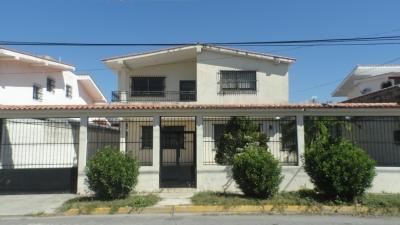 Casa-Quinta en Urb privada Santa Rosalia
