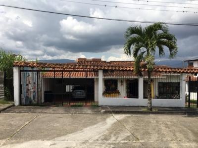 Amplia Casa Esquinera de 675 m2 en Pueblo Nuevo Conjunto Privado Tapon
