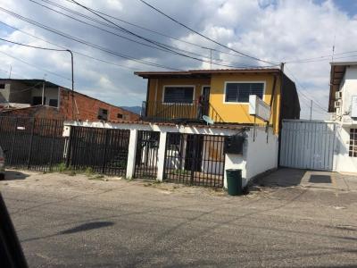 EXCELENTE CASA CON GALPON EN BARRIO EL LOBO