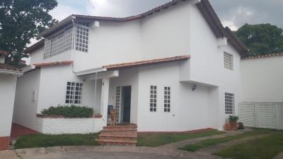 SE vende amplia y bella casa en Urbanización Santa Inés
