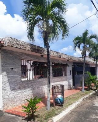 En venta amplia y cómoda casa en Urb Villa Latina
