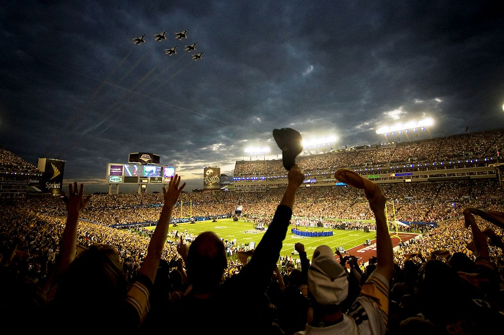 1024px-Super_Bowl_XLIII_-_Thunderbirds_Flyover_-_Feb_1_2009