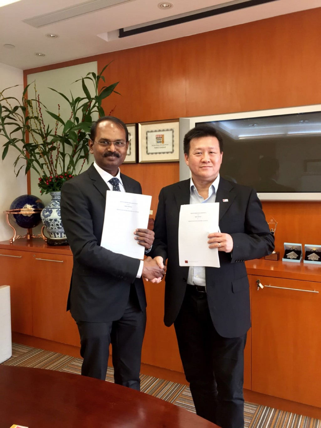 Rajalingam R  CEO Aberame and Steven Yap  CEO M800 signing a strategic reseller partnership