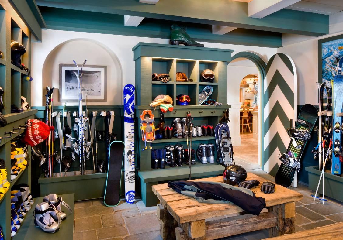 Entry vestibule ski room