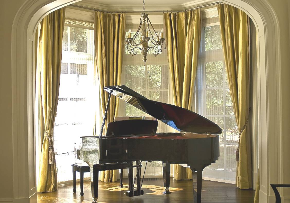 The piano is accomodated in an octagonal bay with view of the garden.