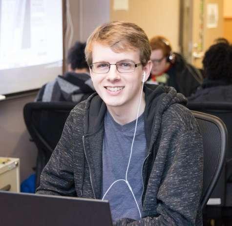 Estudiante de Job Corps trabajando en una computadora portátil en un área común
